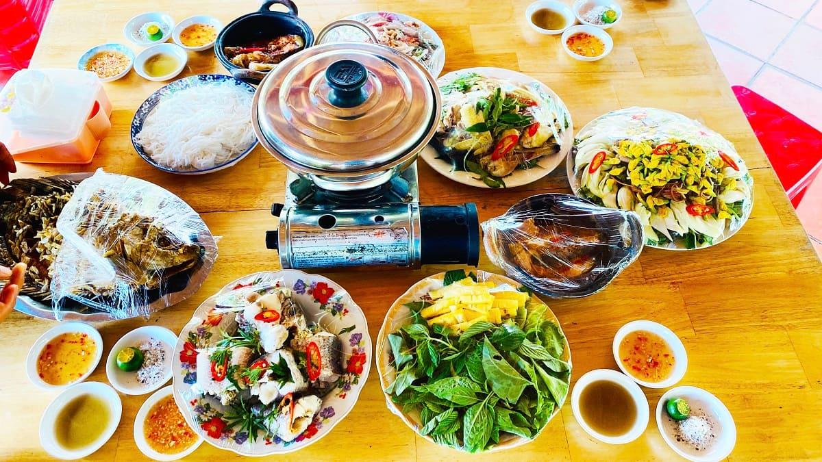 ăn trưa tại Cồn Sơn