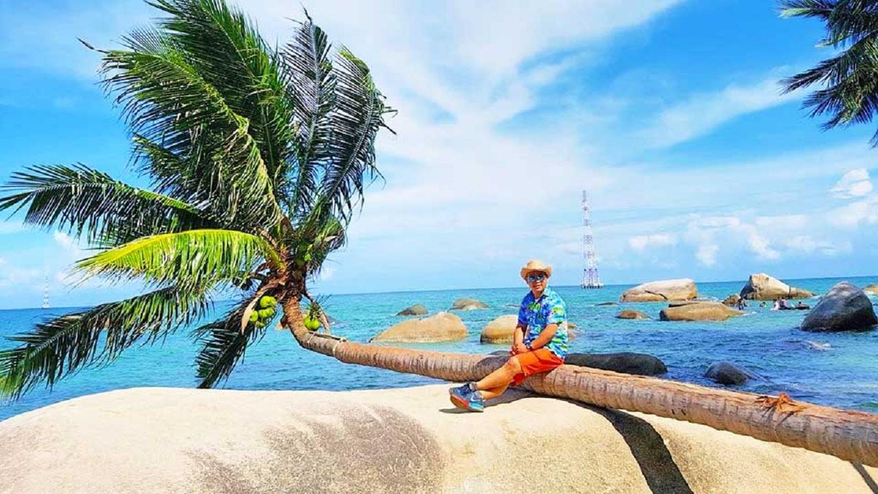 """Check-in cây dừa """"cô đơn"""" nổi tiếng tại Hòn Sơn"""