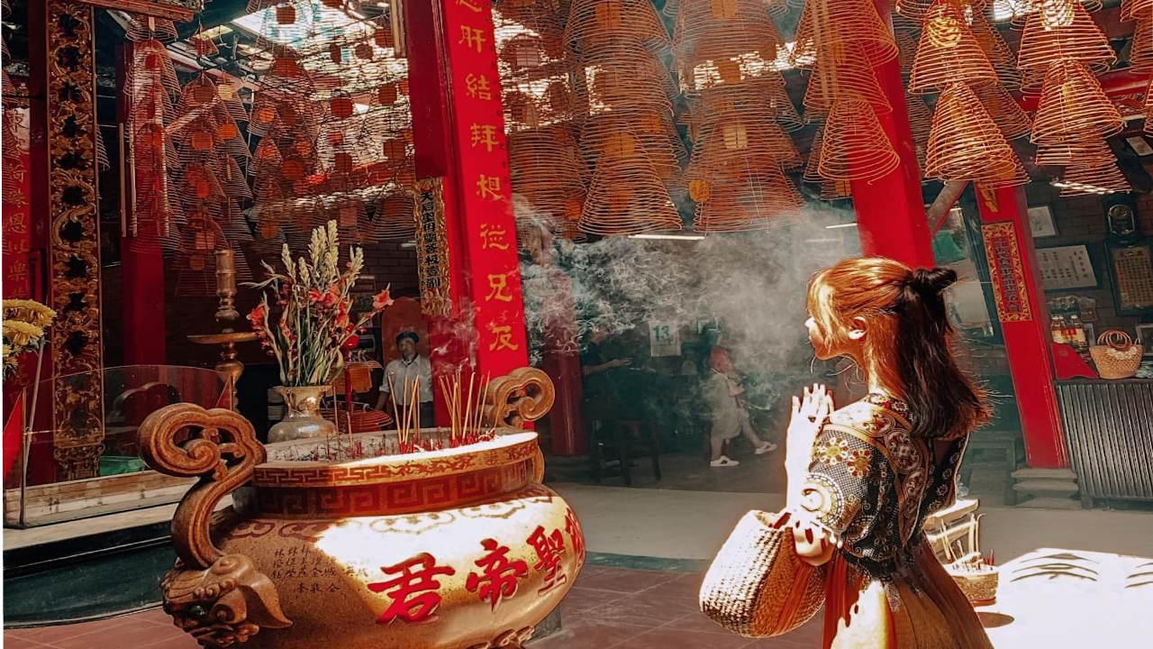 Chụp ảnh tại chùa Ông