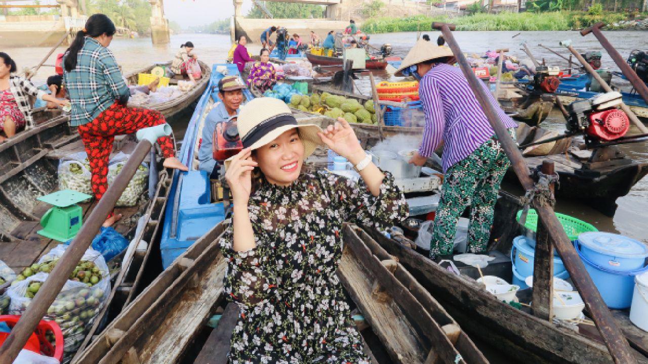 Chụp hình ở chợ nổi Phong Điền