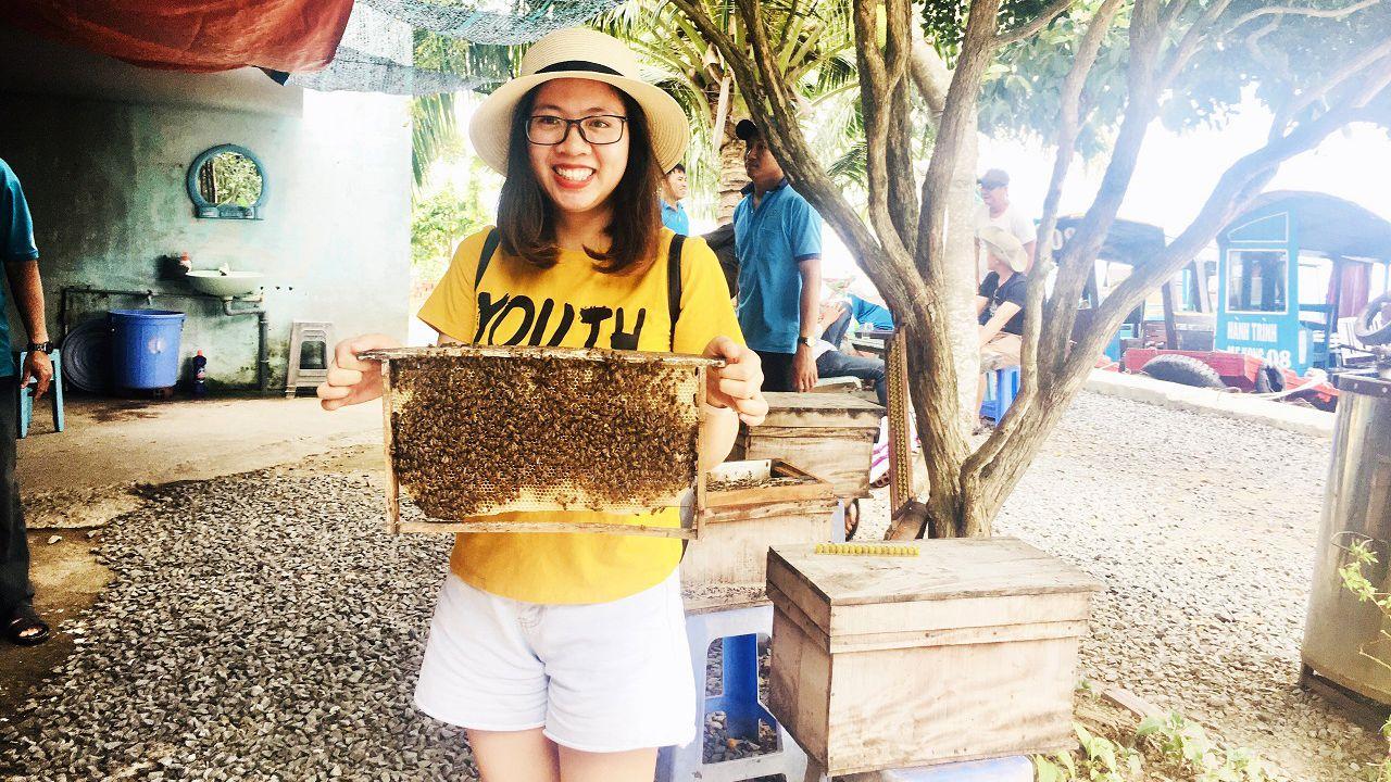 Chụp hình với ong mật - Tour du lịch cồn Thới Sơn
