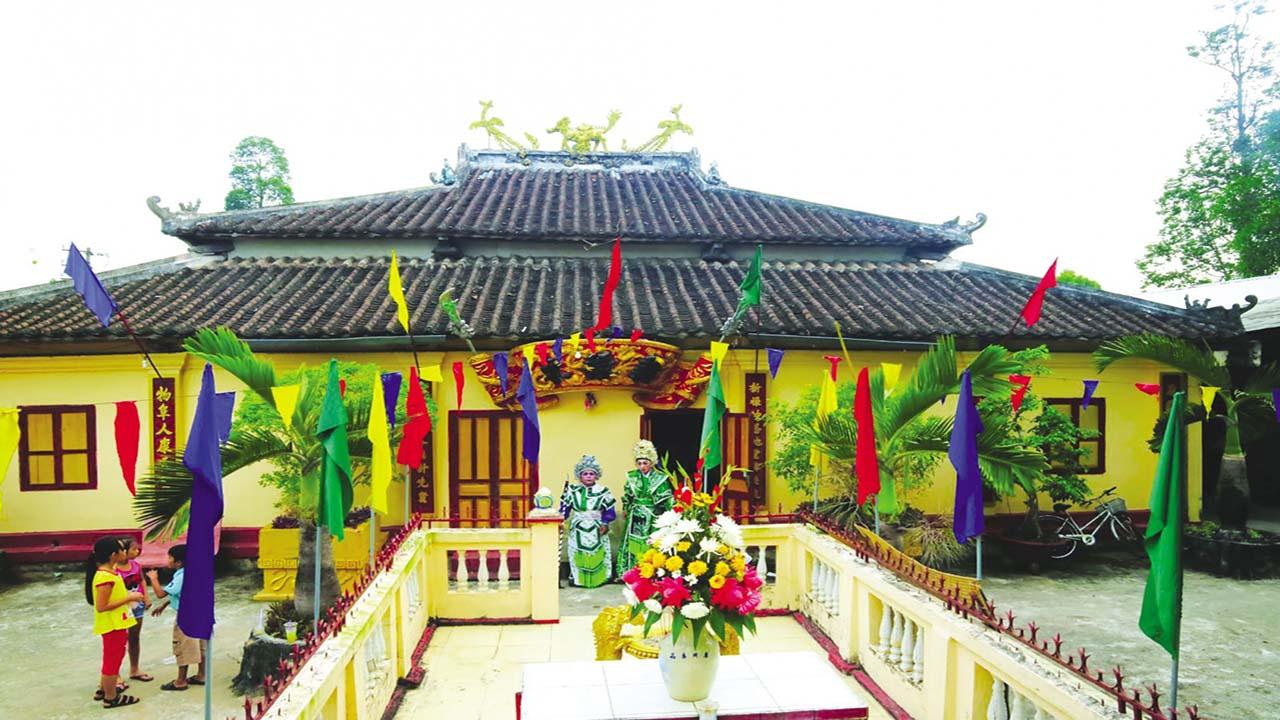 Bên ngoài đình thần Tân Lộc Đông