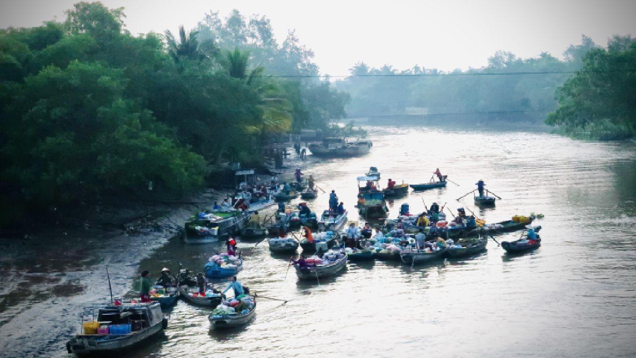 Khung cảnh sáng sớm tại chợ nổi Phong Điền