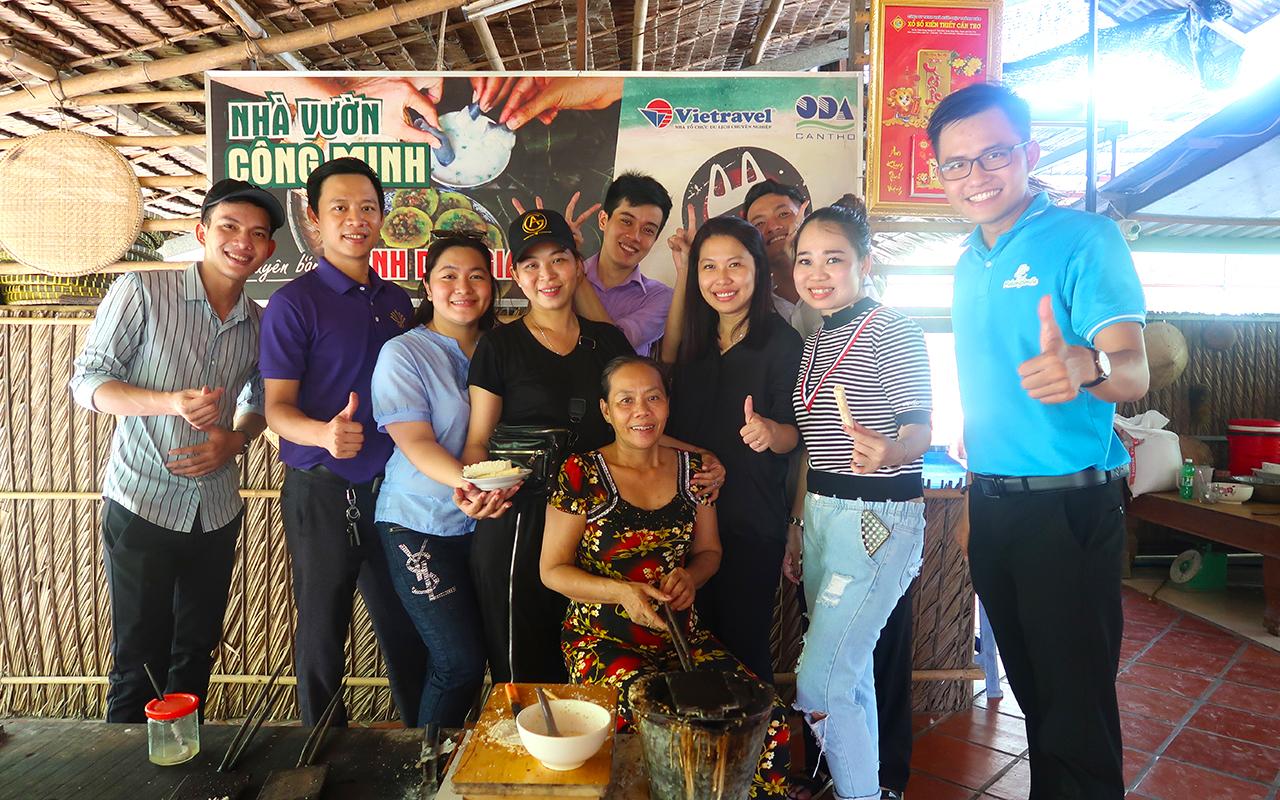 Trải nghiệm làm bánh dân gian với người địa phương trong tour Cồn Sơn