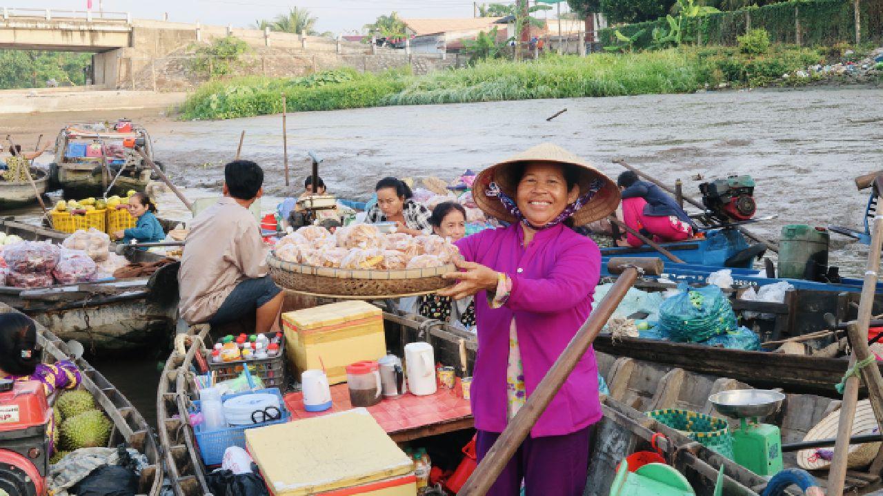 Mua bán trên ghe ở chợ nổi Phong Điền