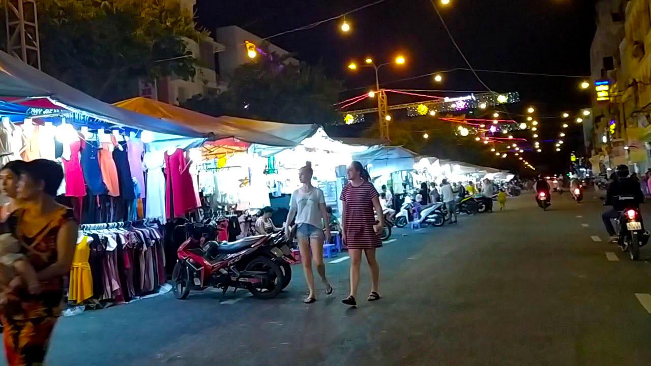 Du khách mua sắm tại chợ đêm Ninh Kiều