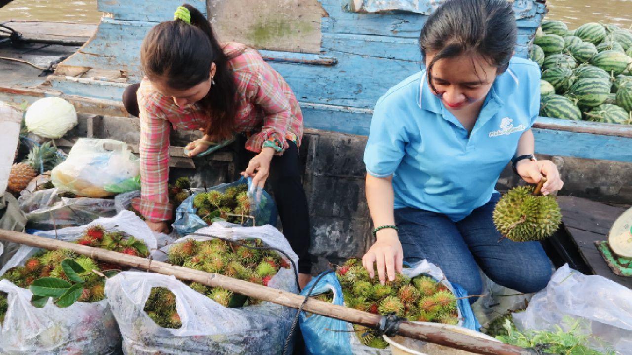 Mua trái cây tại chợ nổi