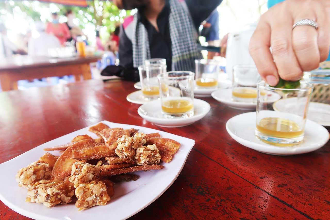 Thưởng thức trà mật ong tại Thới Sơn