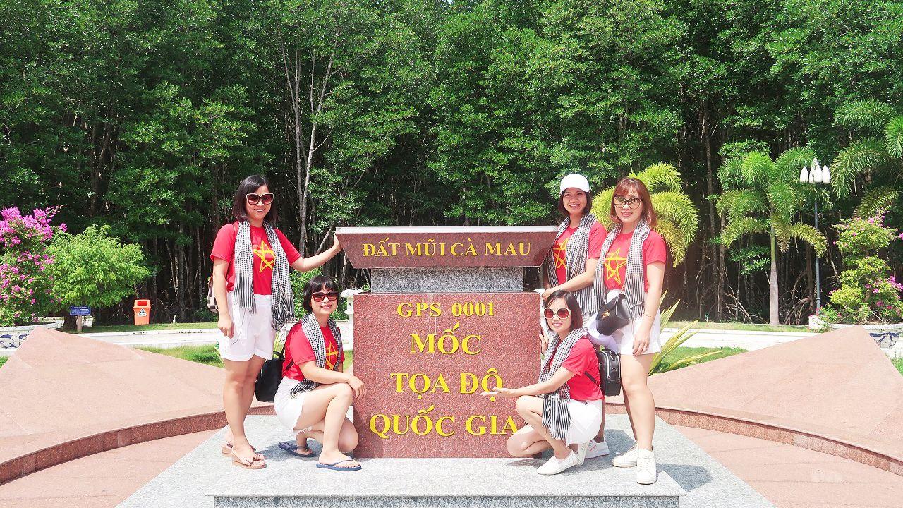 Check-in cột mốc tọa độ Mũi Cà Mau - tour Cần Thơ Cà Mau 4 ngày 3 đêm