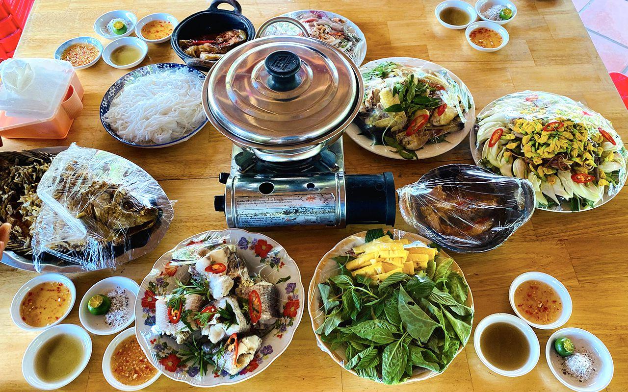 Bữa cơm trưa đậm chất miền Tây - Tour Mekong 2 ngày 1 đêm