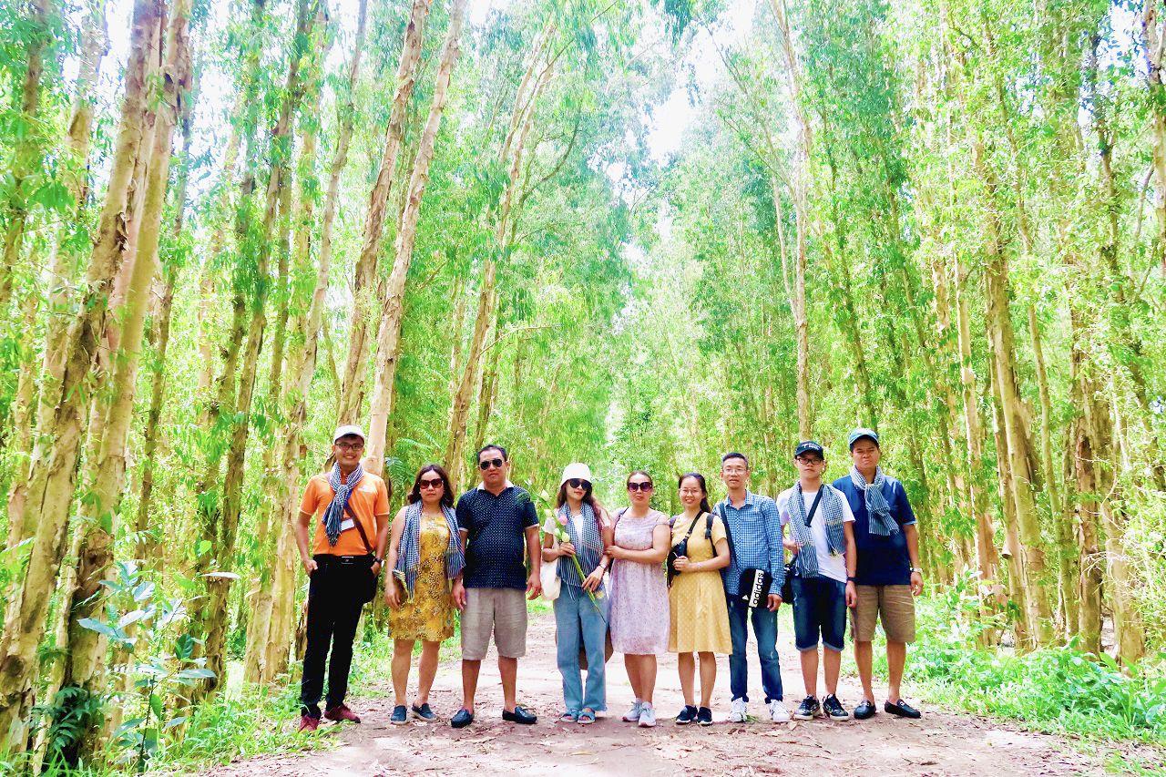 Chụp ảnh trong rừng tràm Trà Sư