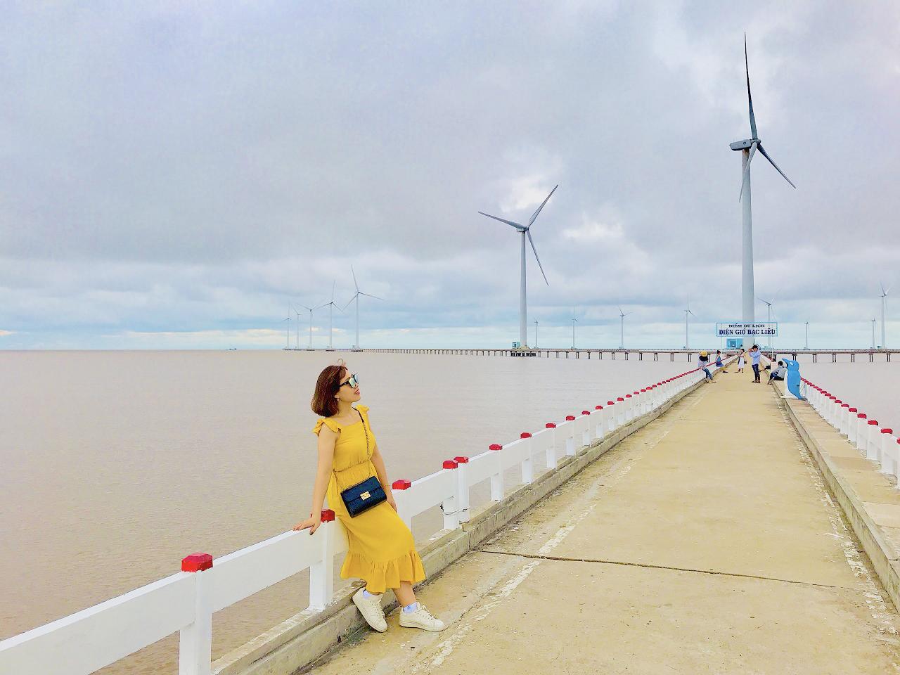 Check-in cánh đồng điện gió Bạc Liêu trong tour Cần Thơ Cà Mau 2 ngày 1 đêm