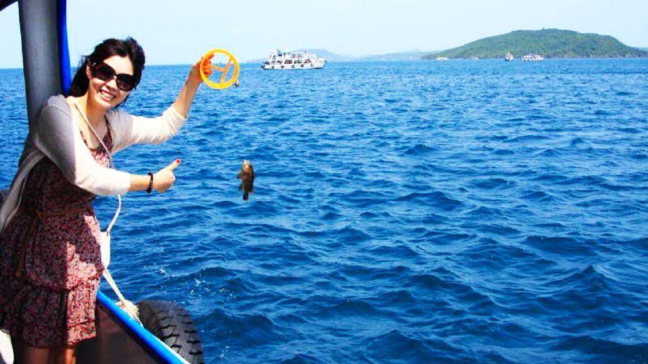 Trổ tài câu cá trên biển Phú Quốc
