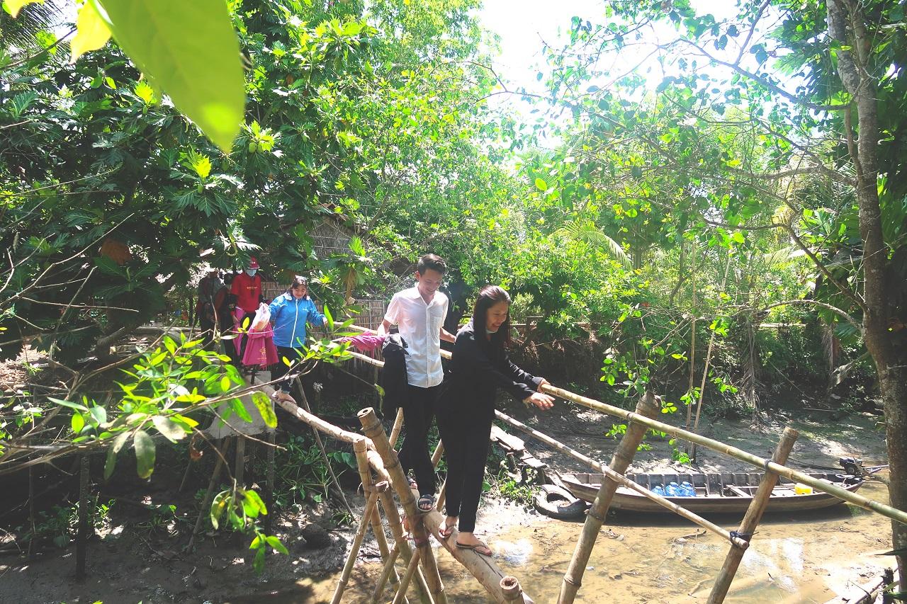 Trải nghiệm đi cầu khỉ miền Tây - tour Cồn Sơn Cần Thơ