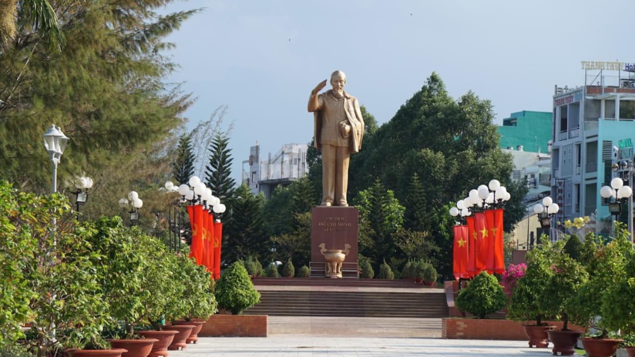 Tượng Bác Hồ tại Bến Ninh Kiều