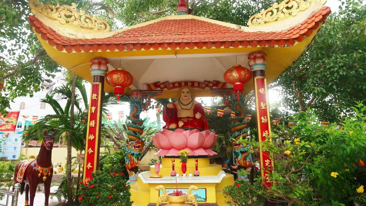 Tượng Phật bên trong chùa Đất Sét