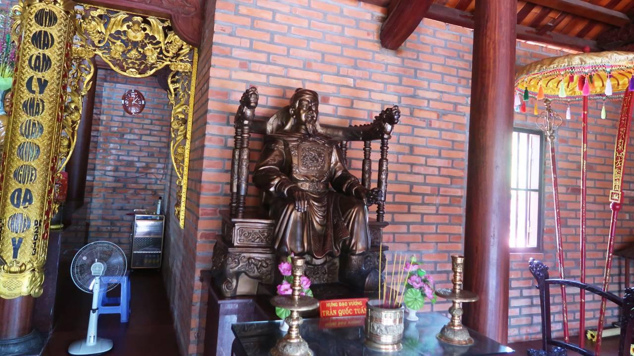 Tượng thờ Trần Quốc Tuấn