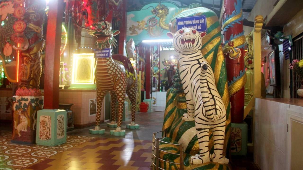 Tượng thú bên trong chùa